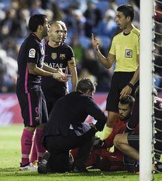 Suárez protesta al árbitro durante el partido.