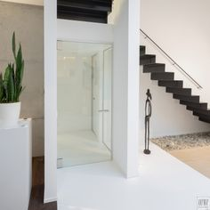 Moderne glazen deur helder met een aluminium blokomlijsting