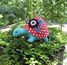 Turtle pincushion pattern by Heather Bailey.