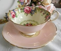 Beautiful Vintage Tea Cup and Saucer Mehr Vintage Crockery, Vintage Tea, Vintage China, Vintage Green, Teapots And Cups, Teacups, China Tea Cups, My Cup Of Tea, Tea Time