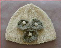 Knitting pattern for a baby beanie with flowers. It would look gorgeous on any baby girl! Knitted Baby Beanies, Knitted Hats, Crochet Hats, Knit Beanie Pattern, Romper Pants, Baby Knitting Patterns, Headbands, Doll Clothes, Baby Shoes