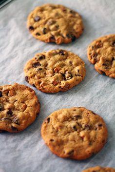 Jos saa kehuskella, olen aikas etevä amerikkalaistyylisten cookieiden tekemisessä. Niiden salaisuus on raa'asti sanottuna riittävä sokeri taikinassa: se tekee kekseistä kosteita, sitkeitä ja tietenkin todella makeita. Paras tulos tulee fariinisokerin ja tavallisen sokerin yhdistelmällä, sen...