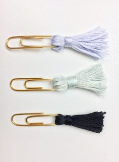 DIY Tassel Paperclip Bookmarks Get organized or save your spot on your favorite book with these super simple and stylish DIYs! DIY Tassel & DIY Pom Pom Bookmarks/Page tabs! Tassel Bookmark, Bookmark Craft, Bookmark Ideas, Creative Bookmarks, How To Make Bookmarks, Handmade Bookmarks, Diy Tassel, Tassels, Paper Clips Diy