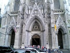 ニューヨーク港着。<br />自由の女神の近くを通り、マンハッタンの街並みを海から眺めて入港。歩いて5番街やセントラルパークに行くことができた。<br />インターネットカフェで、メールの確認。やっぱり、郵便局にも行きました。写真は街中の教会。縦に大きい教会でした。<br /><br /><br />St. Patrick's Cathedral(セント・パトリック大聖堂)<br /><br />5番街、50~51丁目。年間約300万人が訪れる全米で最大のカトリック教会。建築家ジェームス・レンウィックが手がけ、1879年に完成、その後尖塔などが増築されました。ゴシック・リバイバル様式の教会は5番街でもひときわ目を引く存在です。聖堂内は荘厳な雰囲気に包まれ、ティファニー社がデザインした祭壇もあります。美しいステンドグラスは一見の価値あり。5番街の対面から何とかカメラに収めようとする観光客が大勢いるが中々アングル的に難しいでしょう。アイルランドの守護聖人である聖パトリックをまつったローマカトリックの教会です