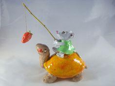 Objet décoratif tortue orange conduite par une petite souris en robe verte : Accessoires de maison par crisland