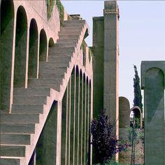 Tour d'horizon des 20 escaliers les plus étonnants dénichés aux quatre coins du monde / Photo Taller de Arquitectura, Ricardo Bofill, Sant Just Desvern, Espagne.