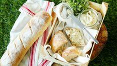 Artisokkalevite on nopea valmistaa öljyyn säilötyistä artisokansydämistä. Fresh Rolls, Bread Recipes, Camembert Cheese, Picnic, Bbq, Dairy, Food And Drink, Vegan, Chicken