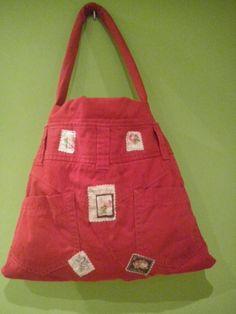Bolso con pantalones rojos con incrustaciones de tela de sellos postales 50€