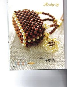 Tons of tiny beaded purse diagrams on this page Beaded Beads, Beaded Ornaments, Beads And Wire, Beaded Jewelry, Handmade Jewelry, Beaded Bracelets, Bead Crochet Patterns, Beading Patterns, Beaded Purses