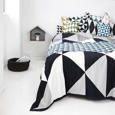 Creating Modern Bedroom Decor with Geometric Bedding Sets Modern Bedroom Decor, Bedroom Furniture Design, Home Bedroom, Scandinavian Bedroom, Modern Bedding, Teen Bedroom, Geometric Bedding, Geometric Cushions, Geometric Prints