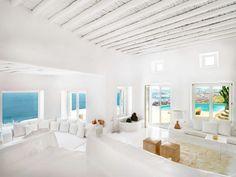 décoration grecque, plafond avec poutres en bois, fenêtres sur la mer, murs blancs