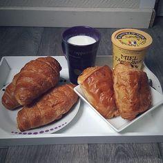 Quand tu ne te sens pas au top, un bon petit déjeuner ça ne peut faire que du bien ! (Évidemment je n'ai pas mangé tout haha 😛) Bonne journée @instagram 🐾 #instagram #instagramers #igers #igptg #igersfrance #food #foodporn #foodphotography #foodgasm #pornfood #yummy #yum #picture #love #milk #chocolate #honey #viennoiserie #croissant #painauchocolat #fallig_ #fall #autumn #chilling  Yummery - best recipes. Follow Us! #foodporn