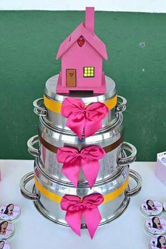 Faça um bolo usando panelas Candy Bouquet Diy, Belle Bridal, Kitchen Shower, Glass Candle Holders, Kitchen Gifts, Bridal Shower Decorations, Rustic Chic, Rustic Kitchen, Diy Party