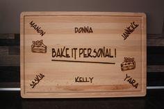 Namens een aantal collega's een broodplank gebrand met bijpassende tekst en afbeeldingen voor een collega die hen ging verlaten. Leuk om cadeau te geven met iets lekkers erbij.