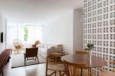 O clássico elemento vazado foi utilizado como revestimento, divisória e no desenvolvimento do mobiliário. Projeto do arquiteto Alan Chu