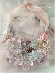 Art Shabby Chic cast by hand. Necklace embroidered with lace and stones. Bijoux Shabby Chic, Shabby Chic Schmuck, Shabby Chic Headbands, Shabby Chic Flowers, Shabby Chic Pink, Rosette Headband, Flower Girl Headbands, Feather Headband, Fabric Beads