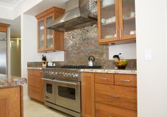 Great cabinets and Creme Bordeaux granite.