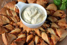 Przekąska imprezowa z ciasta francuskiego – Smaki na talerzu Foie Gras, Pretzel Bites, Granola, Chicken Wings, Food Art, Mashed Potatoes, Food To Make, Bread, Meals