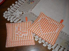 broderie suisse | presine ricamate a broderie x l'amica Arianna..... Chicken Scratch Embroidery, Craft Club, Labor, Gingham, Pot Holders, Embroidery Designs, Needlework, Diy And Crafts, Patches