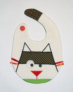 Cat bib off white color Sewing For Kids, Baby Sewing, Baby Patterns, Sewing Patterns, Baby Couture, Baby Accessories, Baby Bibs, Embroidery Applique, Baby Quilts