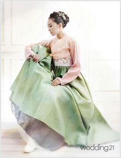 Not as elegant as the traditional hanbok Korean Fashion Summer, Korean Fashion Trends, Korea Fashion, Asian Fashion, Korean Traditional Dress, Traditional Fashion, Traditional Dresses, Korean Dress, Korean Outfits