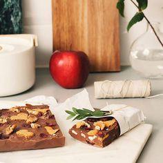 Itse tehty jouluinen rocky road on pukinkontin makein yllätys! Aloita valmistus sulattamalla vesihauteessa Fazerin Sinistä. Kaada sula suklaa pieneen vuokaan, joka on vuorattu leivinpaperilla. Sekoita joukkoon pähkinöitä, kardemummaa, kuivattuja karpaloita ja murustettua piparia. Anna jähmettyä, kunnes suklaa on kiinteää. Leikkaa seoksesta levyjä ja kääräise ne sievään pakettiin. #lahjaystävälle