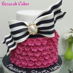 For a fashionista - Inspired by makememycake. - For a fashionista – Inspired by makememycake. 22nd Birthday Cakes, Adult Birthday Cakes, Birthday Cakes For Women, Pretty Cakes, Cute Cakes, Beautiful Cakes, Birthday Cake For Women Elegant, Decoration Patisserie, Girly Cakes