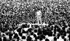 Greve 1979 – Lula fala aos metalúrgicos de cima de uma mesa no Estádio de Vila Euclides em assembleia que decidiu pelo início da paralisação, em 13 de março de 1979