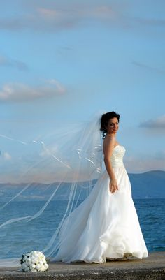 Quel che dice l'abito: ogni carattere ha il suo modello. Venere con il suo abito da sposa rappresenta appieno la bellezza senza tempo. www.amatelier.com ph: cielle fotografi