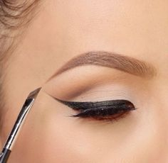Black eyeliner is a staple that everyone should have in their makeup bag. Eye Makeup, Kiss Makeup, Makeup Brushes, All Things Beauty, Beauty Make Up, Beauty Style, Fashion Beauty, Perfect Cat Eye, Perfect Eyeliner