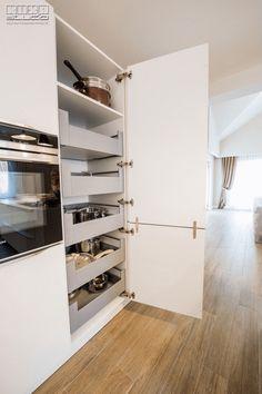 #kitchendrawerorganization #kitchendrawers #kitchenorganization #kitchenorganizationideas #kitchenstorage #kitchenstorageidea #pantrysystem #modernkitchen #kitchenideas #KUXAstudio #KUXA #KUXAkitchen #bucatariemoderna #organizarebucatarie Modern Kitchen Cabinets, Drawer Unit, Drawers, The Unit, Studio, Closet, Gifs, Design, Home Decor