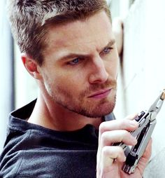 Arrow - 1x03 Lone Gunman - Oliver's parkour to retrieve the bullet lodged in the wall - Stephen Amell