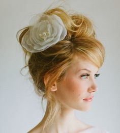 Peinado de chongo alto con flor