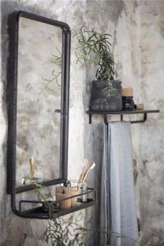 Deze stoere, industral look,zwart metalen spiegel met plancet is een aanwinst in elke badkamer, toilet, hal of gewoon in de woonkamer. Wees er snel bij, want we krijgen vanuit de leverancier steeds