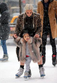 Kim Kardashian ensina North West a patinar no gelo em Nova York - Kim Kardashian Style