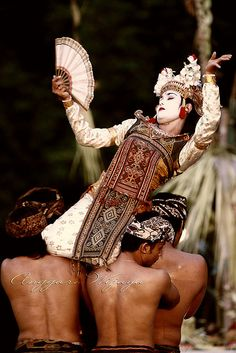 Ritus Legong | (looks like a re-creation of Sanghyang trance dance, but real Sanghyang is danced by pre-pubescent girls)