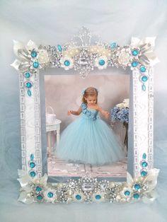 Porta retrato em pedrarias- Peça ùnica  Lindo para enfeite de mesa de aniversário ou para decoração de casa  Tamanho do porta retrato: 21 x 16 cm  Tamanho da foto: 14 x 9 cm