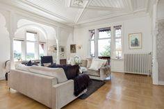 SOLVEIEN Stue med synlig bærende konstruksjon, treuskjæring og tak detaljer