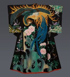 Yuzen-painted Uchikake Location:Japan Date: Taisho period (1912-1926) Description: A vivid and remarkable silk wedding kimono featuring a masterful depiction of a phoenix and paulownia and peony flowers. The patterning technique is yuzen-painting on a smooth, plain-spun high quality silk. Traditioneller Kimono, Furisode Kimono, Mode Kimono, Kimono Fabric, Yukata, Japanese Textiles, Japanese Patterns, Traditional Kimono, Traditional Dresses