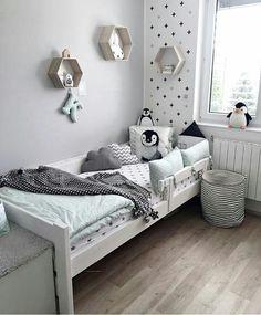 Hermosa deco en tonos claros para la habitación de un nene #babyroom #penguin