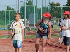 Uczestnicy kolonii i obozów tenisowych biorą udział w profesjonalnych szkoleniach z instruktorami tenisa.  #sport #tenis #obózsportowy #obóztenisowy