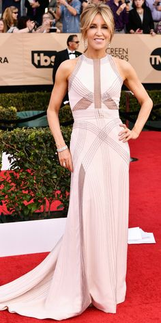SAG Awards 2017: Felicity Huffman in Antonio Grimaldi Couture with Martin Katz jewelry, a Benedetta Bruzziches bag and Badgley Mischka shoes.