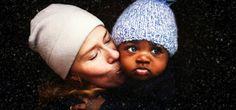 La fotografa Kate T. Parker ha documentato il primo anno di vita di suo nipote con la famiglia adottiva, mostrando come l'amore familiare sia incondizionato