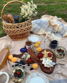 "𝒢. on Twitter: ""Ideal dates… "" Picnic Date Food, Picnic Time, Picnic Foods, Summer Picnic, Picnic Ideas, Cute Food, Good Food, Yummy Food, Comida Picnic"