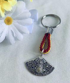 Llavero de la Virgen del Rocío, Materiales: acero. 3,99€ #virgendelrocio #souvenirs #elrocio #llaveros #regalos #rocieros #rocieras Personalized Items, Steel, Souvenirs, Presents