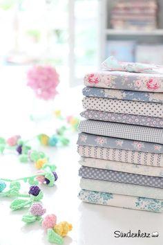 Stoffpaket in zarten Pastellfarben mit Blumen und Punkten / different fabrics, pastel colours, blossoms, diy by Sündenherz via DaWanda.com