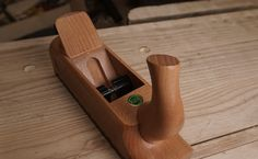 ECE Hand Plane Review – the unique take on the cross pin holds the iron in place without much force and so hammer adjustments are quite predictable.