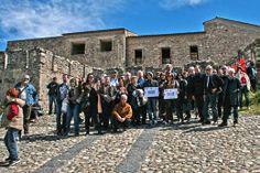 la foto davanti al Castello di Cosenza di Invasione Compiuta