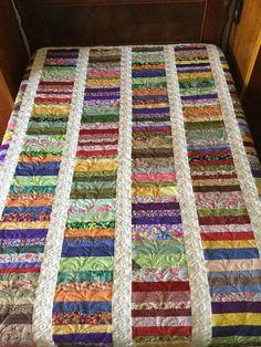 Colcha em Patchwork, técnica tradicional americana, de aproveitamento de retalhos, confeccionada em tecido 100% algodão. Muito bem quiltada, o que garante durabilidade à peça. Medidas: 2,05 x 2,30 serve para uma cama casal medida padrão, para colchão de 1,40 m.