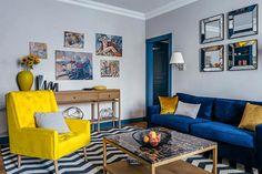 Мебель для гостиной подобрали яркую - синий диван и желтое кресло